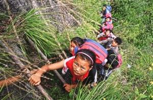 Scolari cinesi mentre vanno a scuola