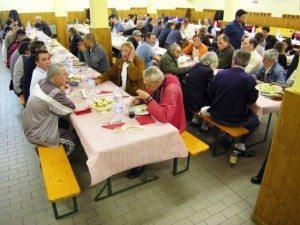 Poveri alla mensa Caritas
